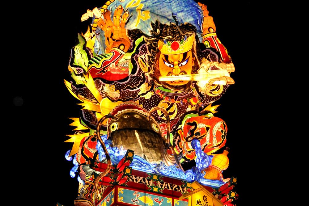 「立佞武多」と呼ばれる、高さ約22m、重さ約17トンの大型立佞武多3台を常時観覧できるほか、新作立佞武多の製作体験や津軽の民工芸の製作体験、五所川原ネプタのお囃子の演奏体験など様々なイベントが行われる施設です