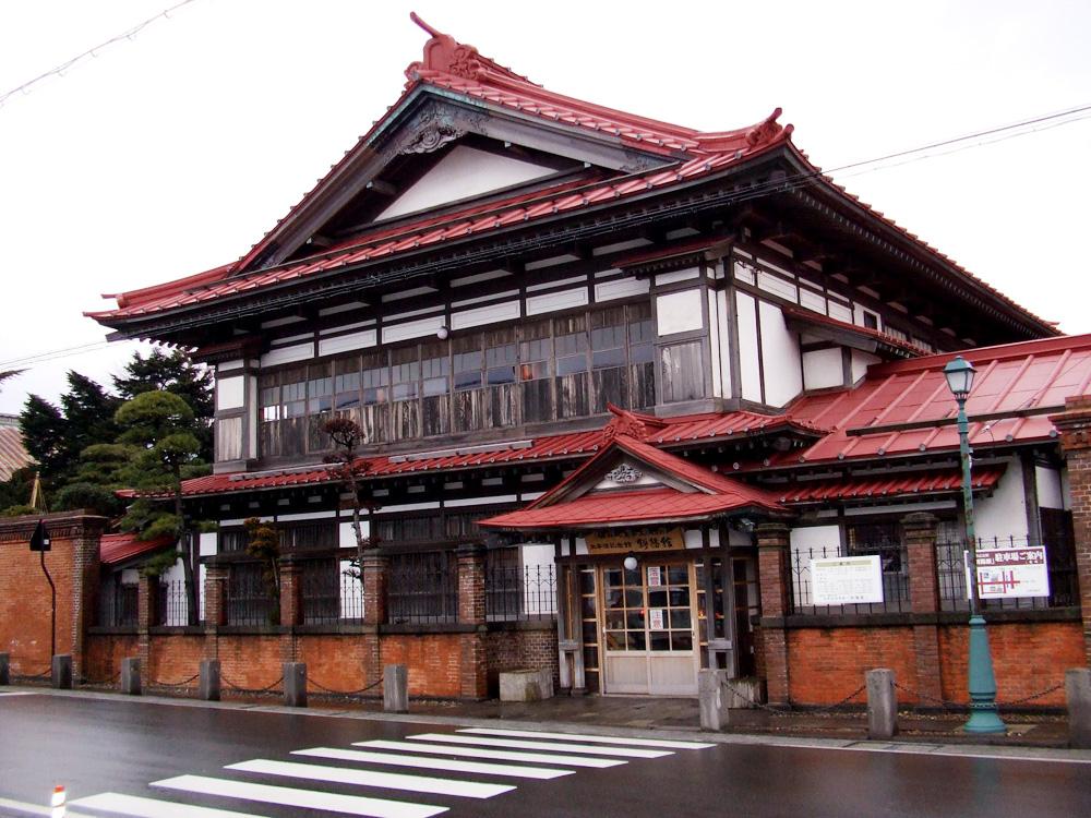太宰が生まれる2年前の明治40年父・津島源右衛門によって建てられた豪邸で国の重要文化財建造物に指定され、明治期の木造建築物としても貴重な建物です