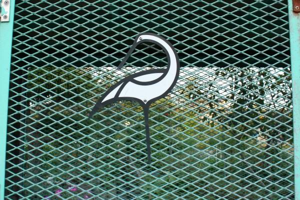 鶴田町の様々な所でみられるゴミ捨て場の鶴のイラスト