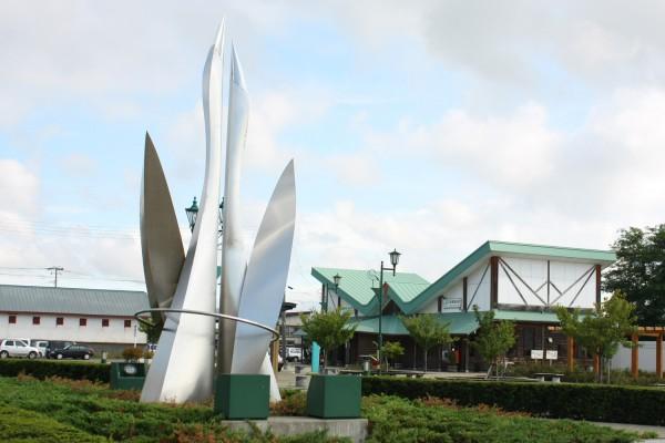 陸奥鶴田駅外にある鶴のモニュメント