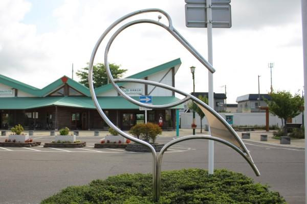 陸奥鶴田駅正面にある鶴のモニュメント