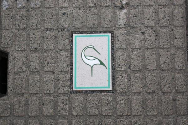 鶴田町の街中にある用水路の蓋の鶴のイラスト