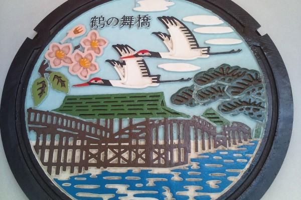 鶴田町役場内に飾られたマンホール