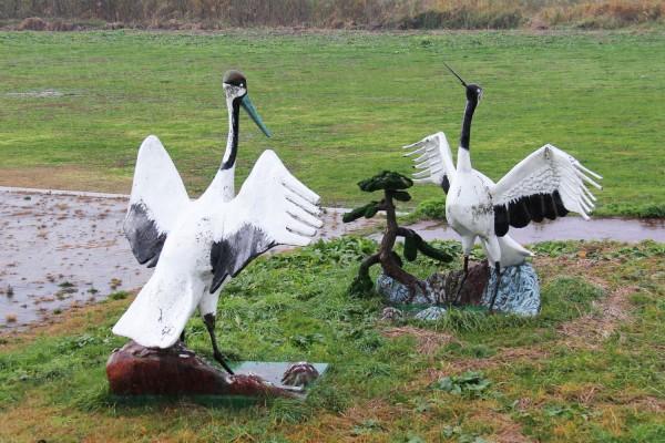 岩木川河川敷にある、2羽の鶴像