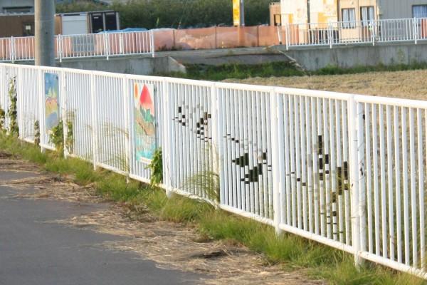 水元中央小学校付近の欄干に鶴のイラスト