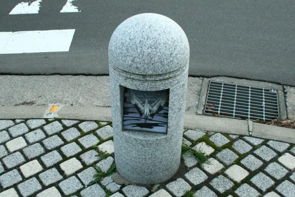 交差点歩道の車どめにも鶴のイラスト