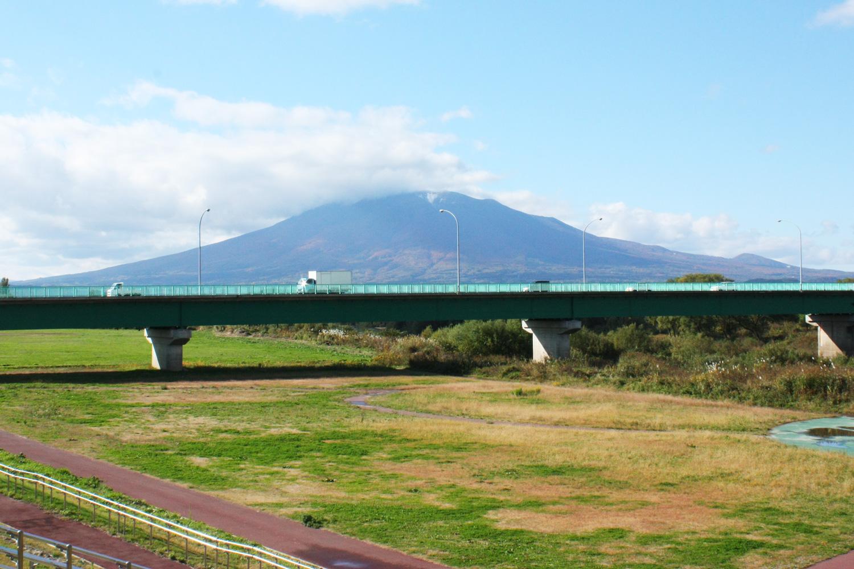 津軽富士と呼ばれる岩木山を望む岩木川河川敷