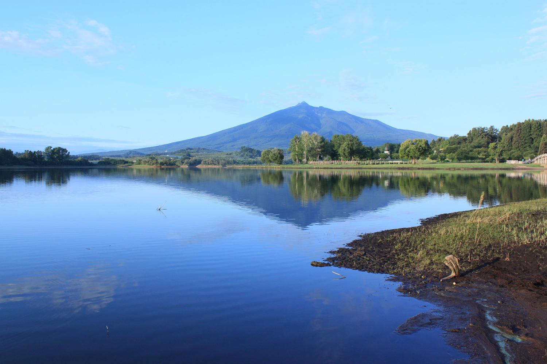 津軽富士と呼ばれる岩木山が逆さに映ることから、「津軽富士見湖」という愛称で親しまれている