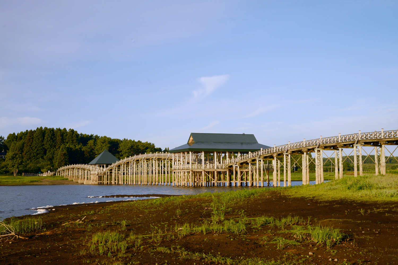 ゆるやかなアーチを描く三連太鼓橋は天候が悪く湖面に岩木山が映らない日でも、橋の影を岩木山に見立てて観賞できるよう配慮している