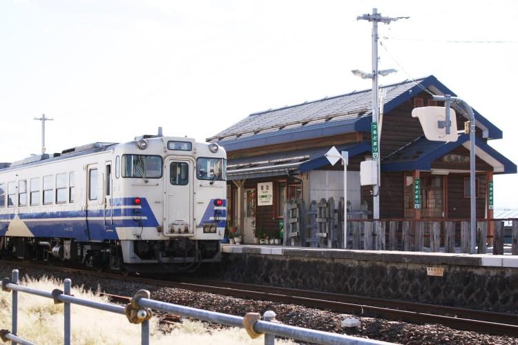 昭和初期の面影が残るレトロな木造の駅舎