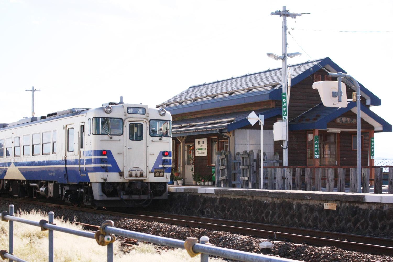 折り鶴がデザインされた駅舎