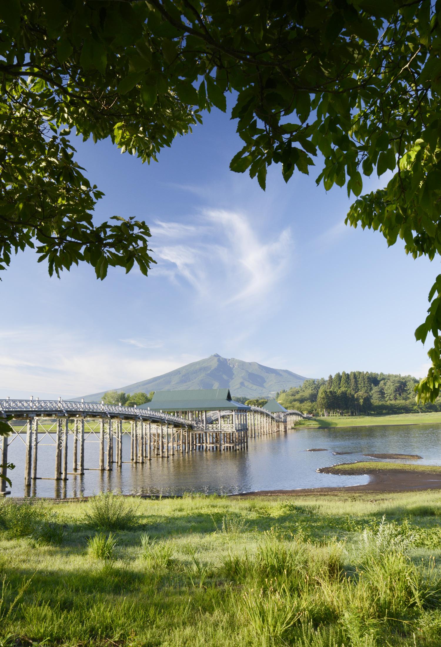 津軽富士見湖にかかる木造のアーチ橋