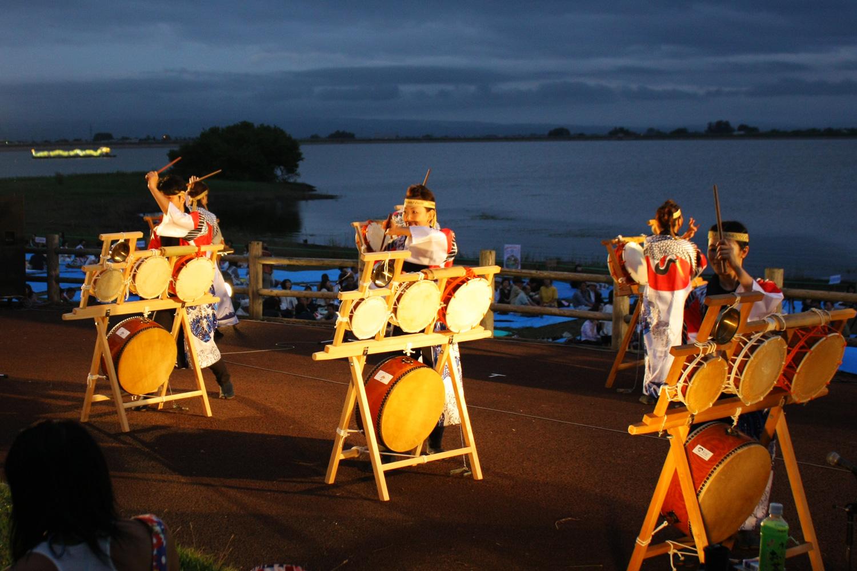 地元の人や多くの観光客で賑わう水と火の祭典つるたまつり