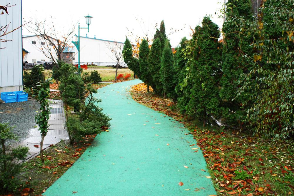商店・温泉おさんぽコース 丹頂緑道 水路沿いにのびる道はゆるやかに弧を描き、ベンチでのんびりくつろぐこともできる。