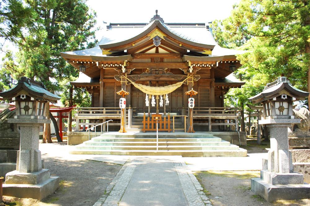 年末には、藩政時代から続く「弥生画」の奉納が行われ、町民が初詣に訪れる。毎年、1月いっぱいはこの鳥居に弥生画が掲げられる鶴田八幡宮