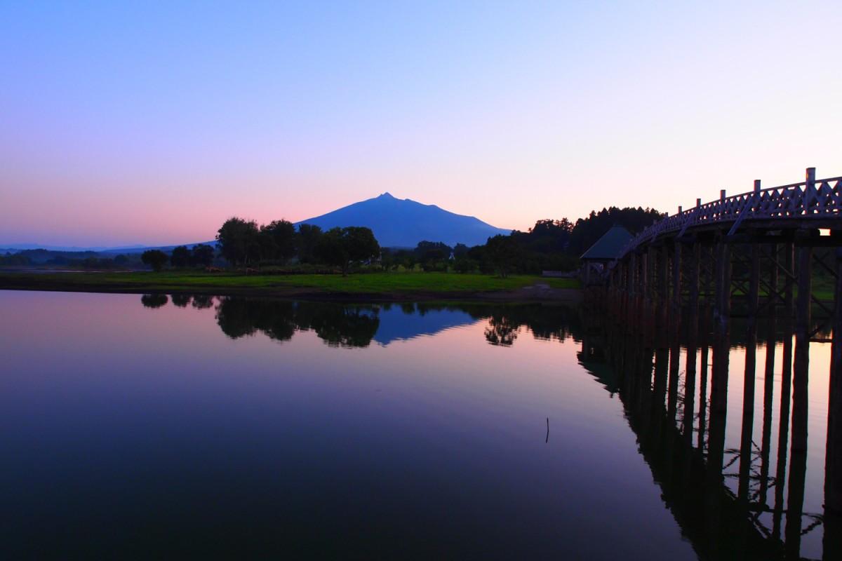 鶴の舞橋は津軽富士見湖に架けられている