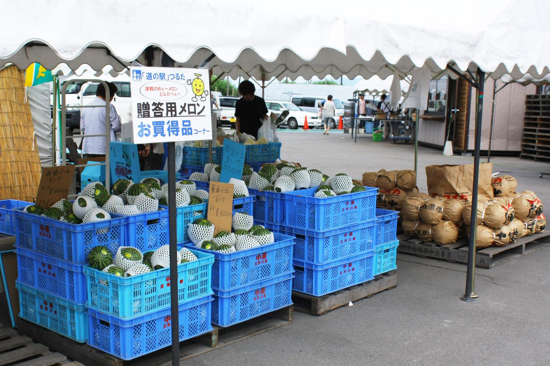 道の駅つるた「鶴の里あるじゃ」ではメロンやスチューベンなど地元産特産品を販売