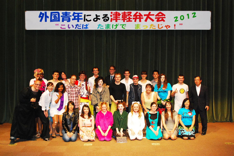 青森県内在住の外国青年が津軽弁を披露