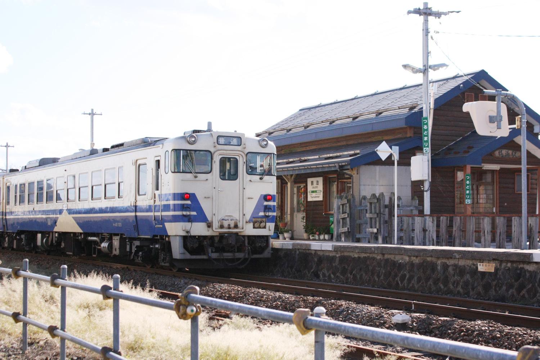 鶴泊駅に停車する汽車