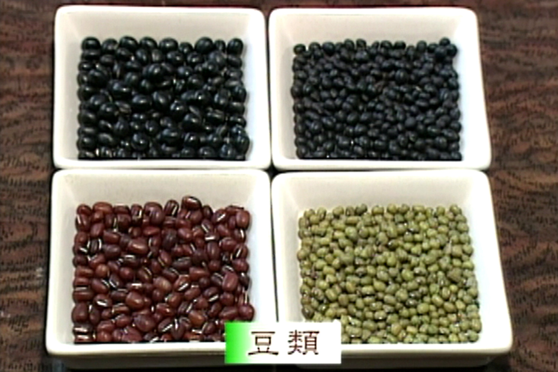 いっさい着色をせず、穀物の色をいかして制作する。