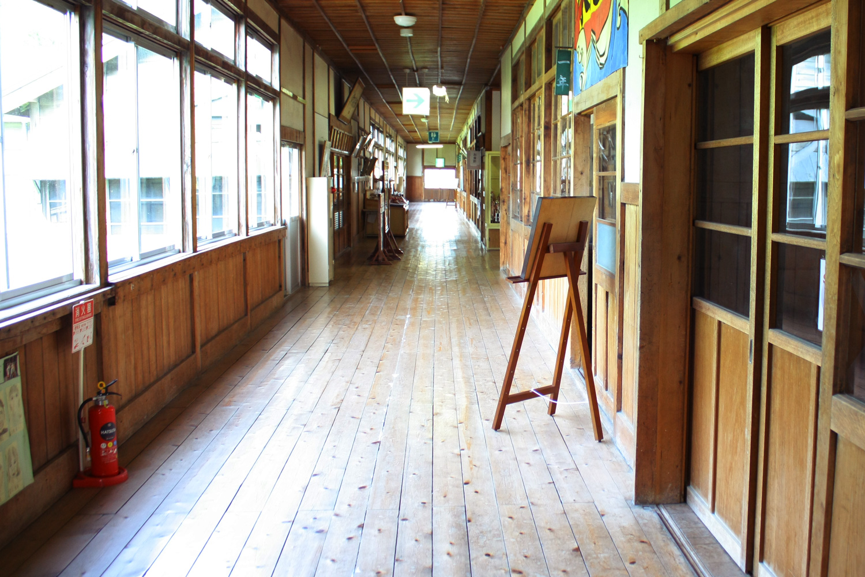 鶴田町歴史文化伝承館の廊下は、はじめて訪れても懐かしさを感じる一直線の廊下