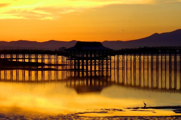 朝焼けの中の鶴の舞橋