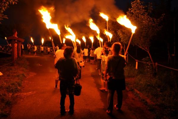 「水と火の祭典 つるたまつり」の御神火むらめぐり
