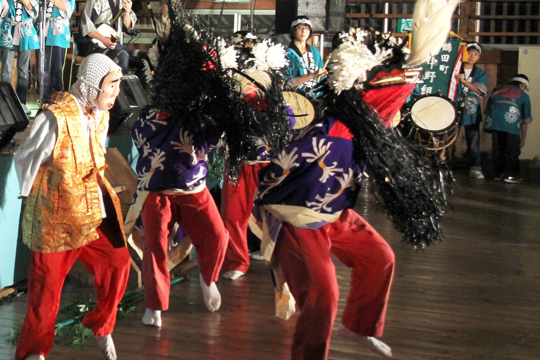鶴田町の獅子舞は「鹿獅子」に分類される。跳躍しながら軽快に踊るのが特徴。