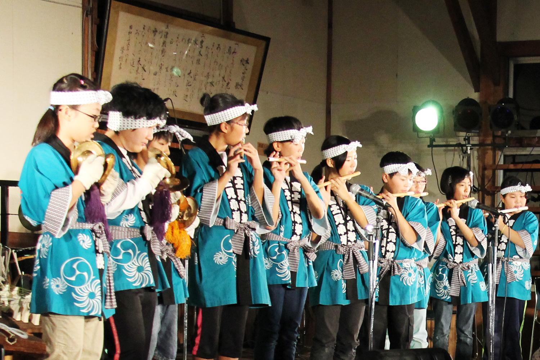 青森県鶴田町の富士見小学校の子どもたち。町内の若者たちも一緒に伝統を受け継いでいく。