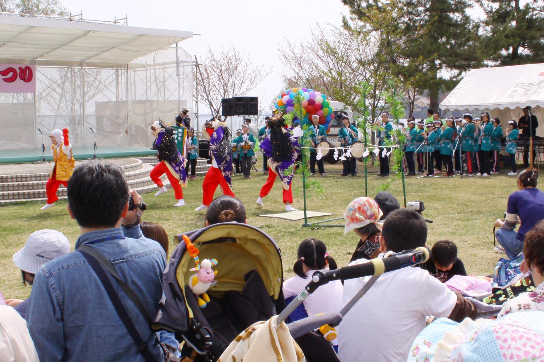 三百数十年にわたり町内の人々により守られている獅子舞。13の舞からなる踊りは、荒れ果てた土地を切り拓いて実りある土地にし、平和で豊かな世代をつくるという意味が込められている。