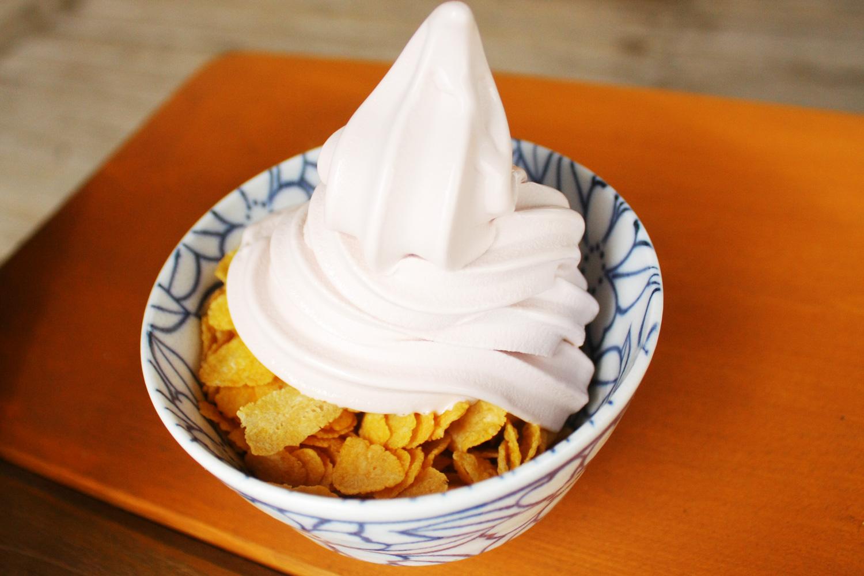 スチューベンを使ったどんぶりソフトクリーム。美濃焼のどんぶりは食べた後持ち帰ることもできる。
