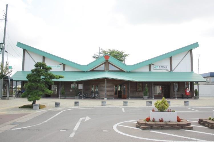 JR五能線の駅の1つで鶴田町中心部の玄関口