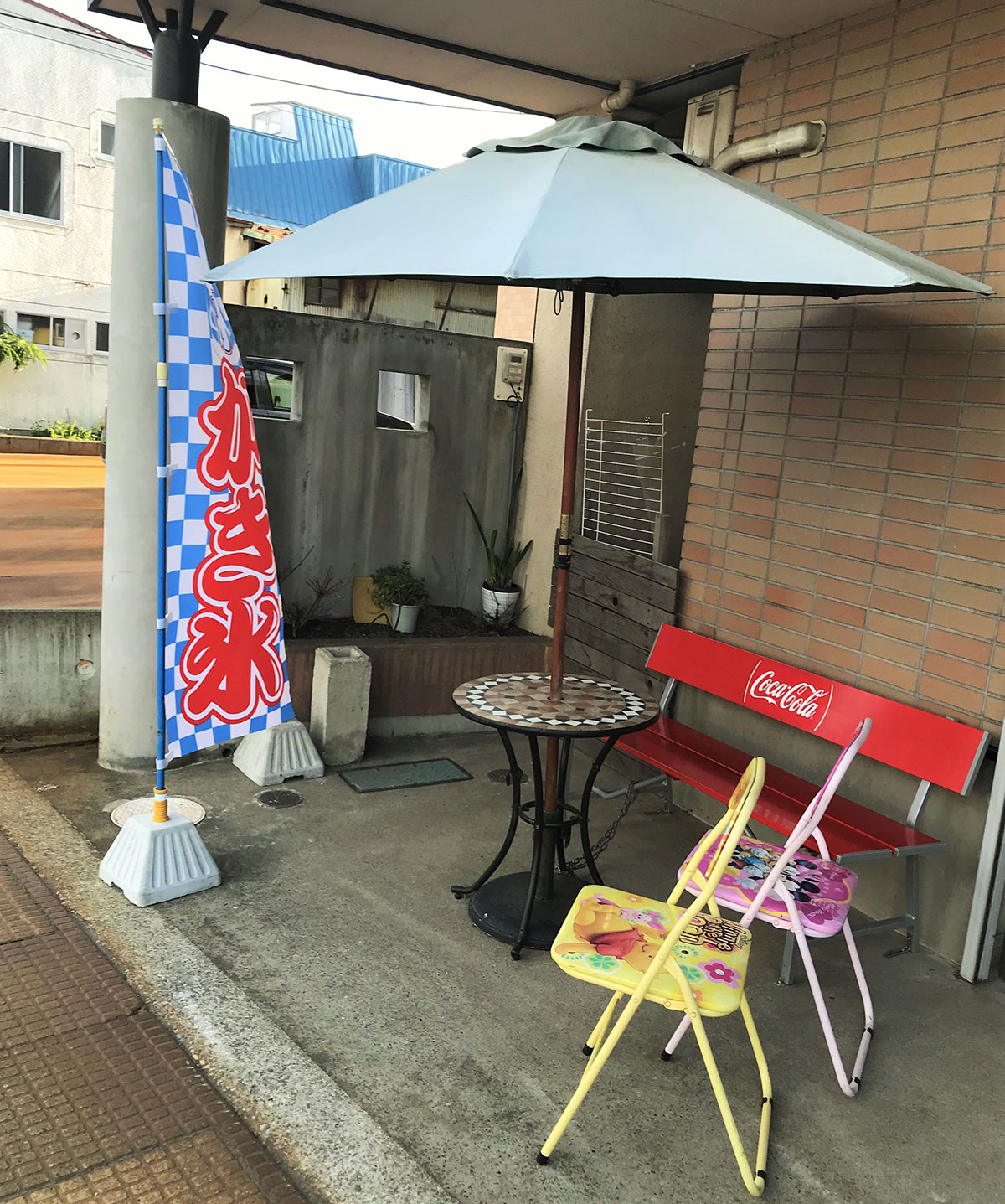 棟方冷菓店 旗周辺にあるかわいいイス