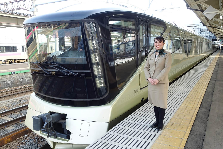 JR弘前駅に停車中のTRAIN SUITE 四季島と